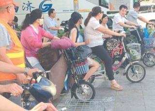 济南骑电动车闯红灯被罚 行人违章也罚