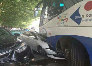 李男森林公园附近街道五辆车连环撞