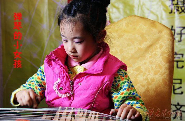 弹琴的小女孩