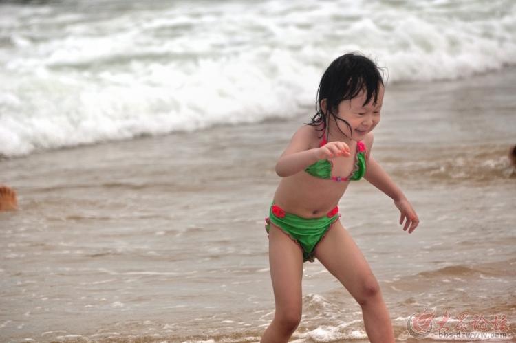 夏天抓拍的几张儿童戏水冲浪