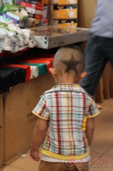 偶遇一位发型很有个性的小孩儿