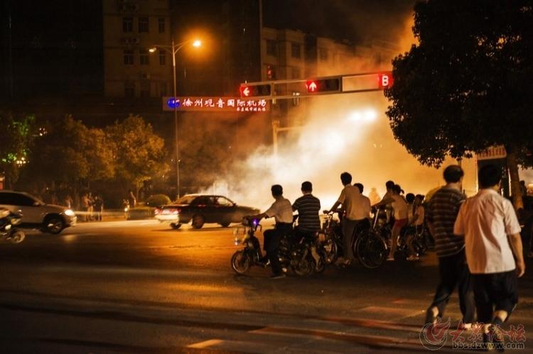 光明大道和祁连山交叉路口一辆昌河车自燃6月19日