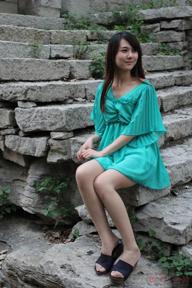 石墙上九山村拍美女