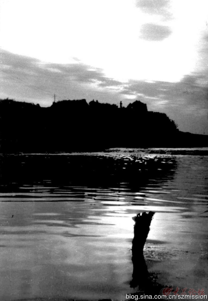 黑白风景装饰画河边