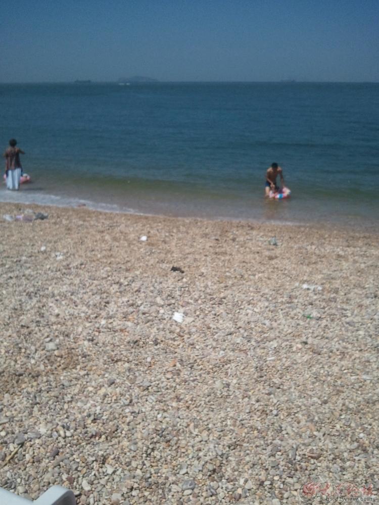 大大的太阳伞矗立在海边