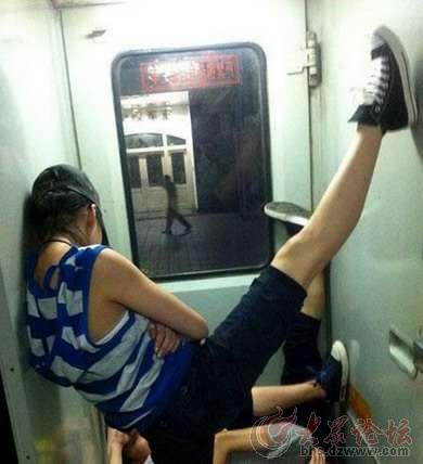火车上的睡姿