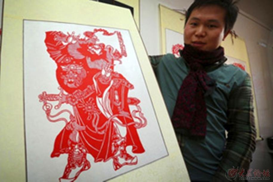 创业故事:青岛大学生放弃高薪耍弄起剪纸