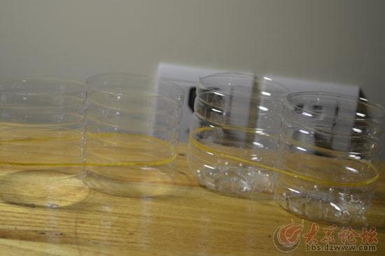 我们现在就用4个矿泉水瓶底座制作一个收纳小物件的收纳盒吧 用皮筋把图片