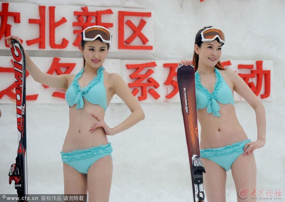 东北雪地美女穿比基尼走秀