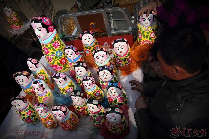 泥娃娃象征吉祥幸福,人丁兴旺,以手工制作,用红粘泥为原料,经造型,制