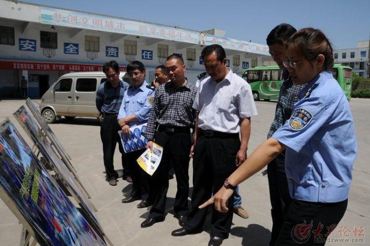 支队平邑大队民警在该县汽车站讲解交通安全宣传展板