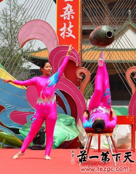 杂技团的小演员为游客安排了杂技专场演出,他们平均年龄只有10岁,柔术图片