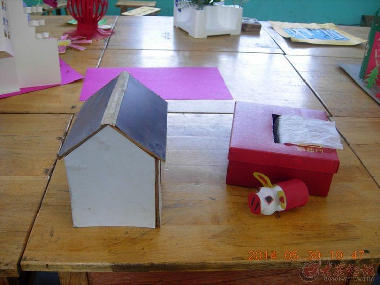 小学生利用废弃物制作工艺品