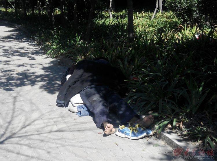 流浪汉横卧路旁睡觉疑是聋哑人