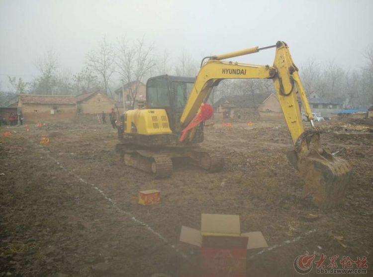单县一新农村建设现场挖出来一个罐子