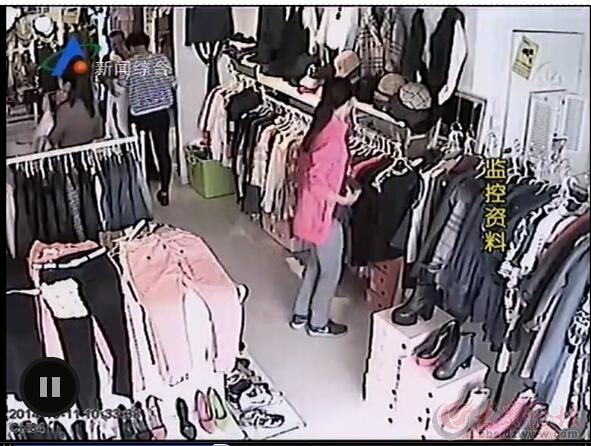 女子服装店偷衣服 监控记录全过程