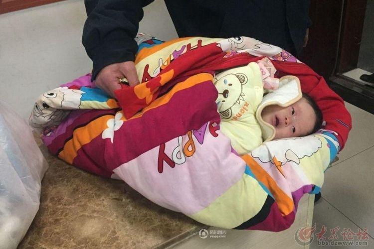 南京一公交站垃圾桶旁现弃婴