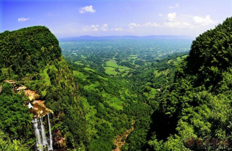 乘坐观光蜀道观竹海全景,体验在竹尖上行走的气势,登观海楼,留影翡翠