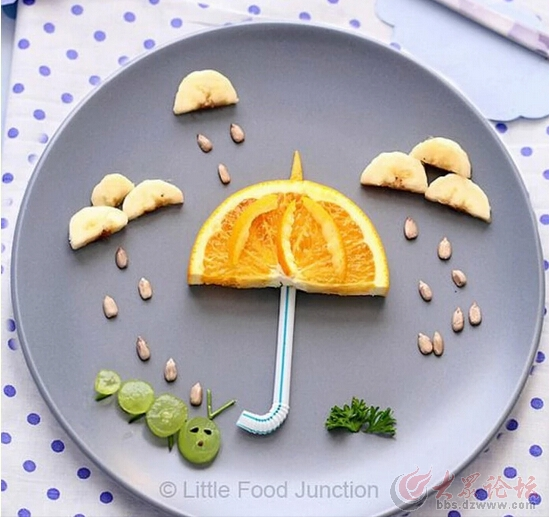 到了夏天,水果多的时候,幼儿园经常会带孩子们玩水果拼盘的手工活动。教学目的是:1.引导幼儿感知多种水果的特点。2.学习用小水果刀切水果的动作技能,尝试制作水果拼盘。3让宝宝爱上吃水果,体验劳动与分享的快乐。4、同时激发幼儿的创新、创造能力。 一、创意水果拼盘