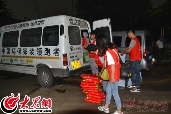 暴风雨将至,金典志愿者们从车上搬运物品.jpg