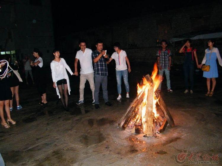 手拉手围绕在篝火旁.jpg