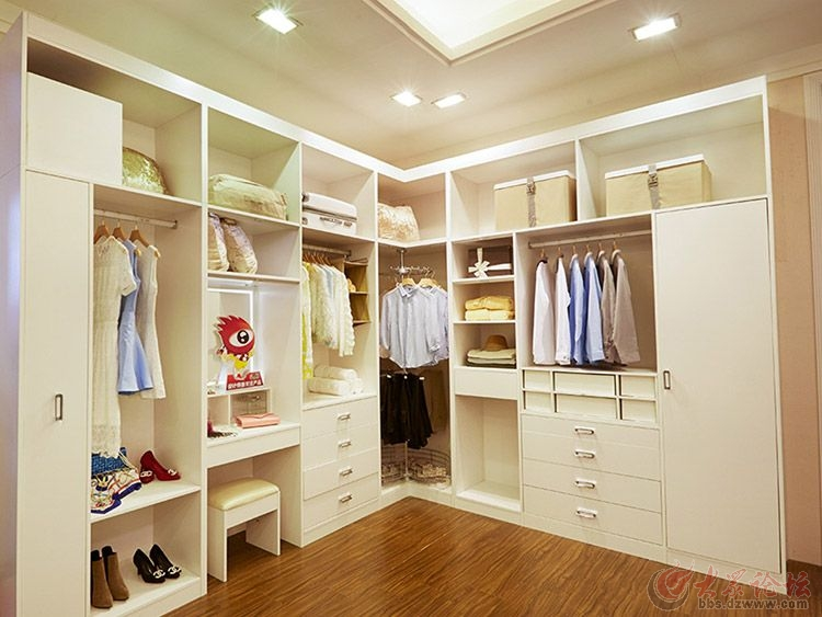 衣柜入墙整体美观,白色柜子中间镂空底下是抽屉柜