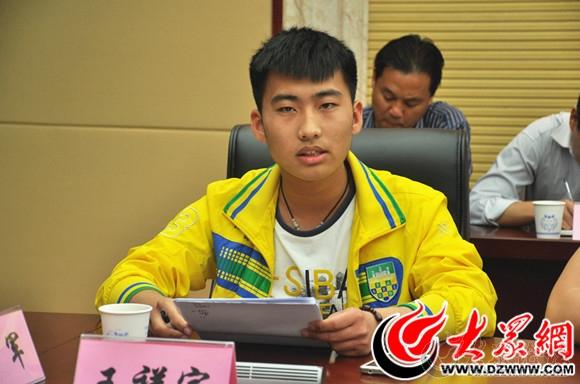 6 大众网友、菏泽学院大二学生王祥宇发言,对菏泽加大对牡丹产业发展提出建议.jpg.jpg