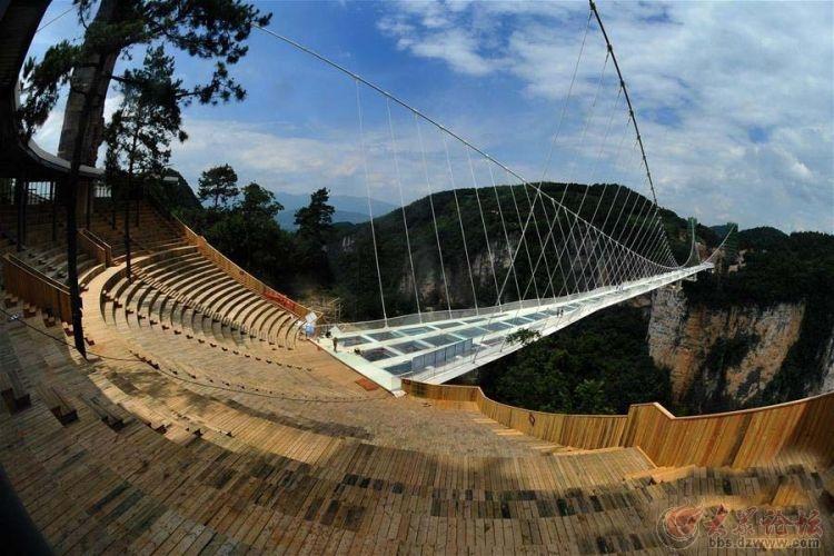 以色列国家电视台24分钟纪录片报道渡堂海教授及中国张家界大峡谷玻璃桥 前不久,全球瞩目的张家界大峡谷玻璃桥被美国有线电视新闻网CNN评选为全球11座最壮观的大桥(The most spectacular bridges in the world)之一;英国广播公司(BBC)也对这座桥进行了特别报道。在BBC的报道中,湖南卫视著名节目主持人、户外真人秀节目《爸爸去哪儿》中的村长李锐,还带着女儿到桥上游玩,并与渡堂海教授进行互动。渡堂海教授接受采访时提到,玻璃桥设计理念来自老子《道德经》里的美学观点:大音
