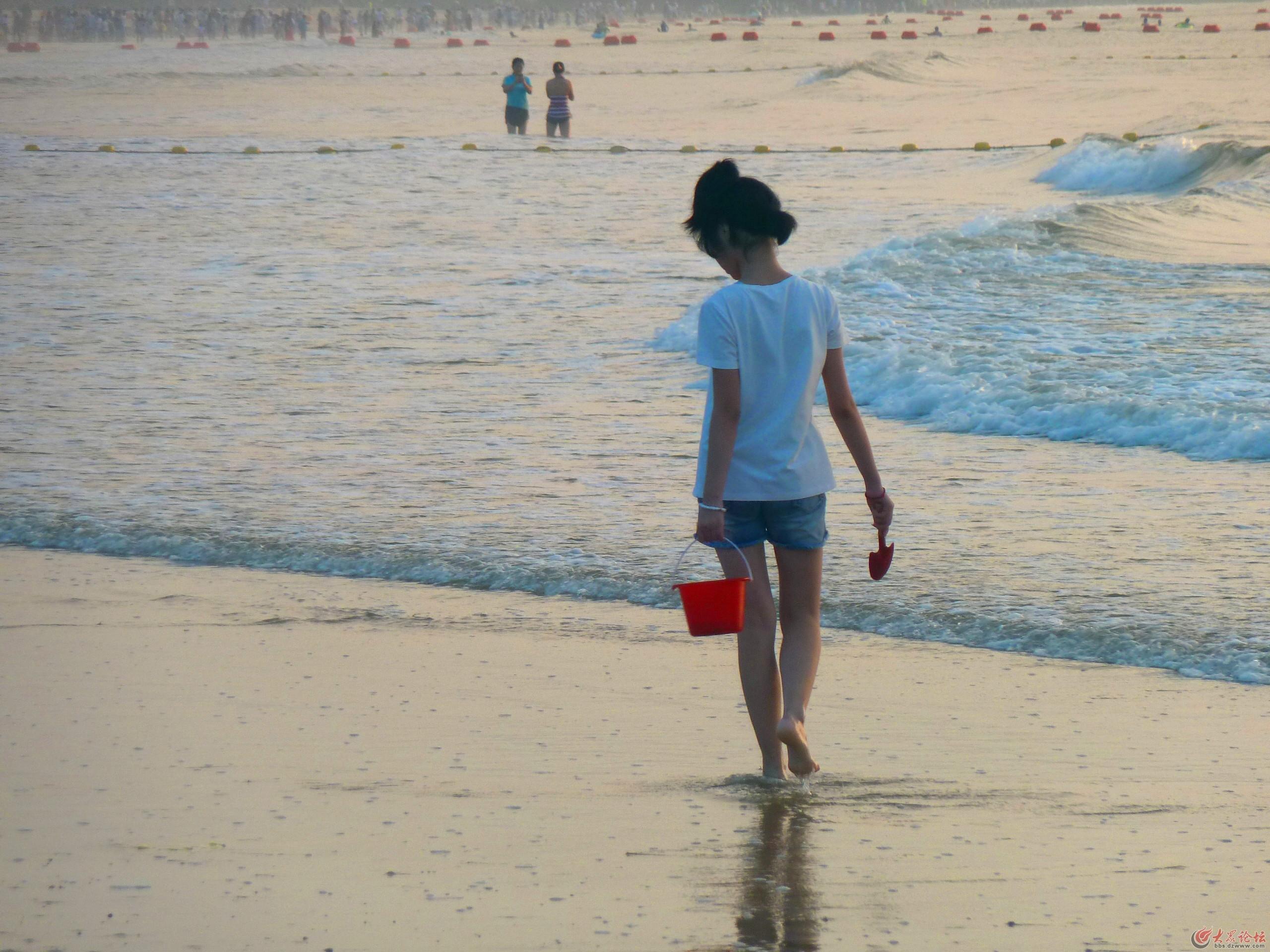 赶海的小姑娘