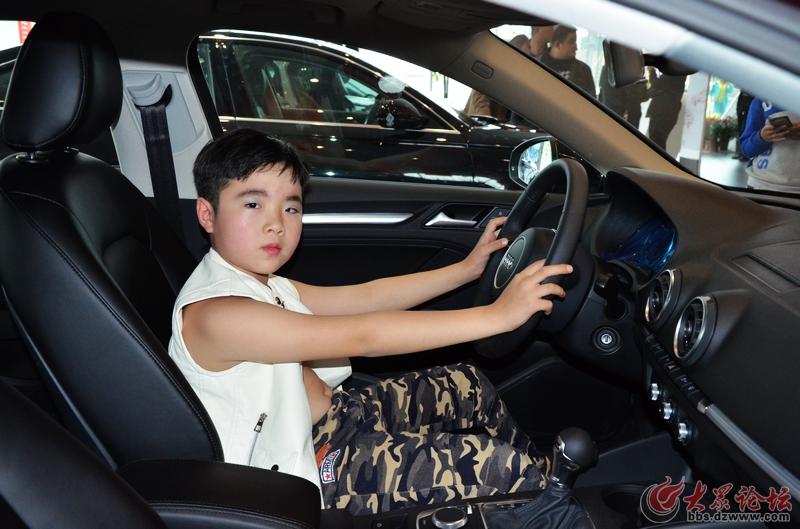 菏泽世泰新奥迪a4l上市发布会上的萌娃车模