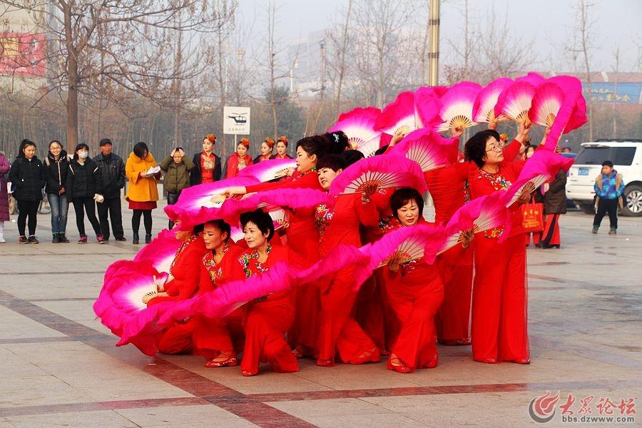 郓城县2016年冬季职工广场舞比赛决赛剪影图片