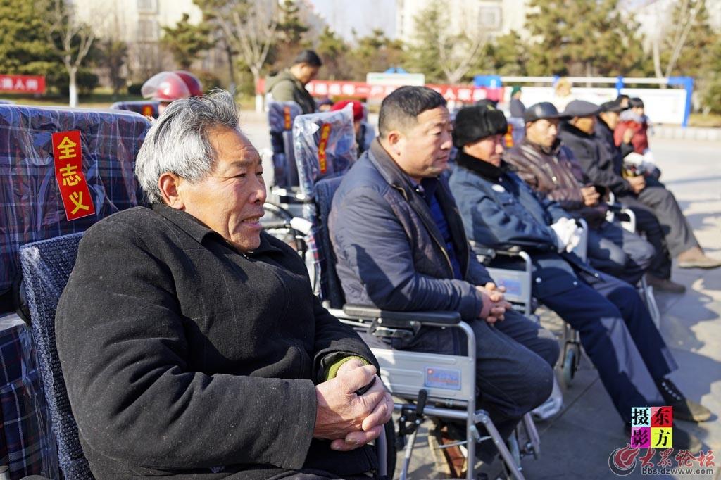 费县赠送轮椅活动4..jpg