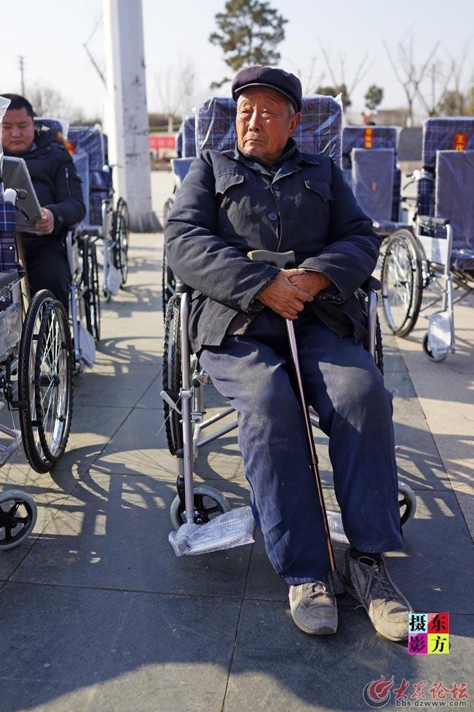 费县赠送轮椅活动10..jpg