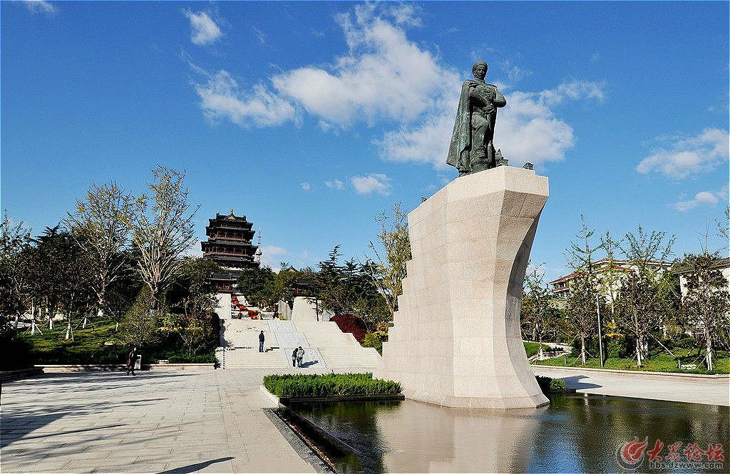 有时候, 鸽子还落在邓世昌雕像的肩上栖息.