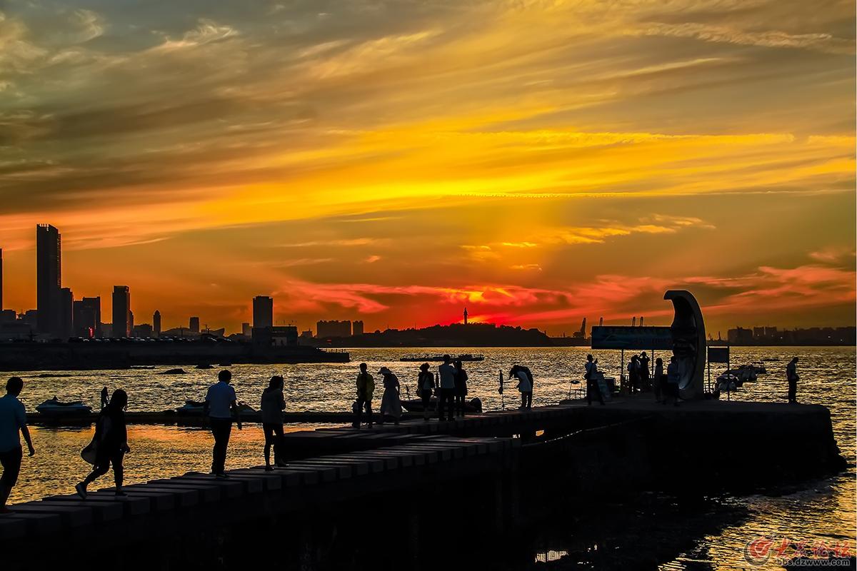 老朋友已发表《海边夕阳》作者:  老朋友.拍摄于月亮湾.时间:2015.6.jpg.jpg