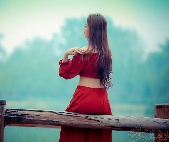 油画中的红衣女子