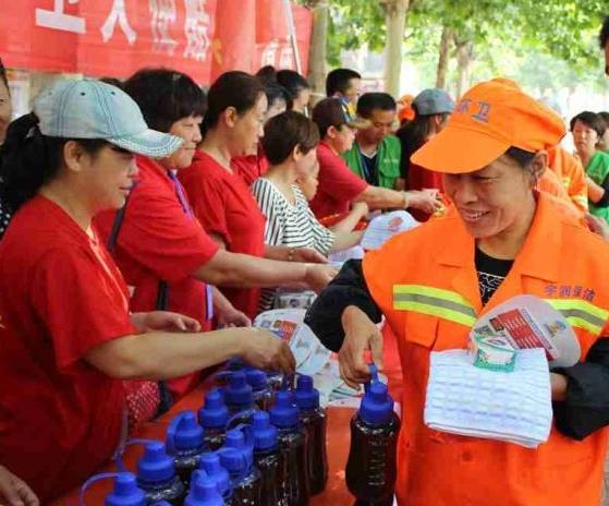 济宁社会义工八团慰问环卫工人